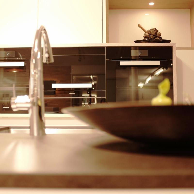 Eingangsküche mit Armatur und Geräten - Emotionsbild küche- Ausstellung hp. müller ag schreinerei - küche bad wohnen - massgeschreinert - Eigene Produktion